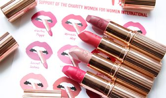 Charlotte Tilbury Hot lips - swatches van Secret Salma, Electric Poppy, Kim K.W. & Miranda May