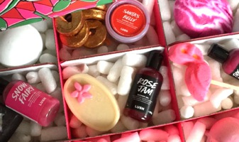 Video - unboxing Lush Under the Mistletoe door Bo & Ward